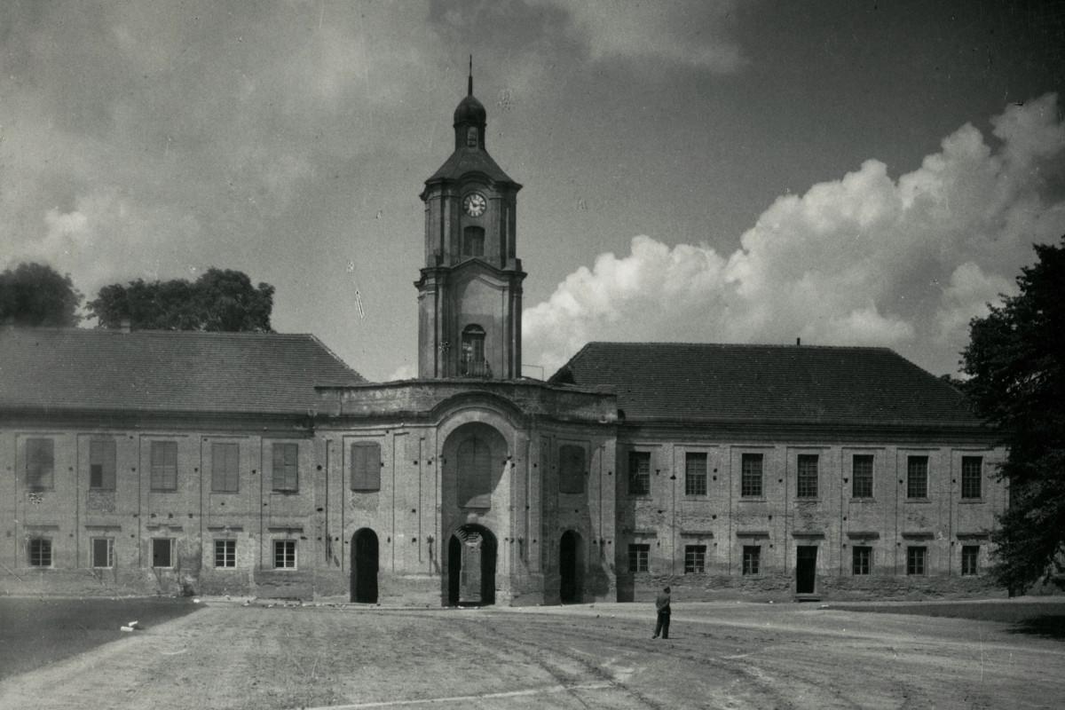 Внутрішній двір замку Радзивіллів. Годинникова вежа. Фото Яна Булгака, 1934 р.
